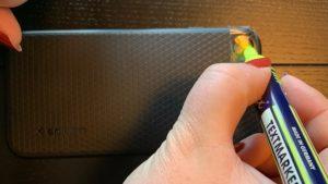 Mit Textmarker und Klebestreifen Kameralinse grün einfärben