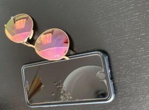 Getönte Sonnenbrille und Handy