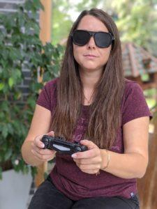 Frau spielt mit Simulationsbrille für Seheinschränkungen Computerspiel