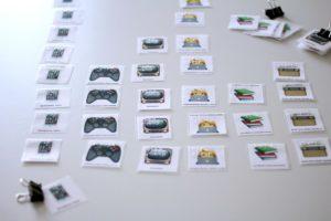Laminierte Karten mit Abbildungen verschiedener Medien und mit Brailleschrift als Mediendiagramm angeordnet