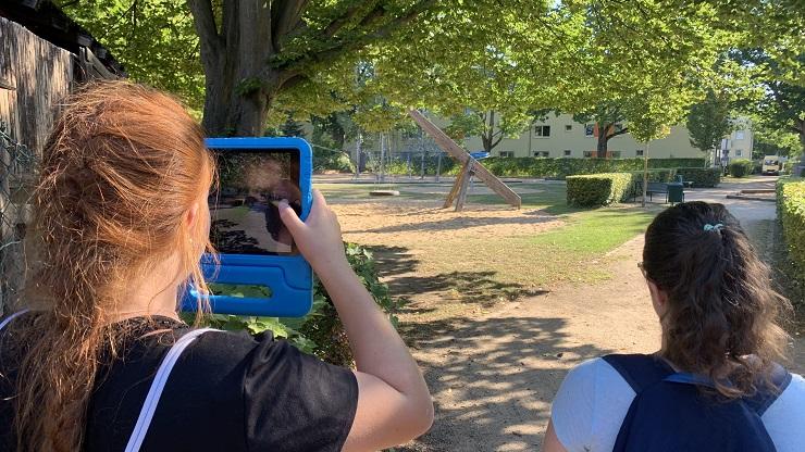 Zwei Mädchen mit iPad auf der Actionbound-Rallye durch Köln-Porz