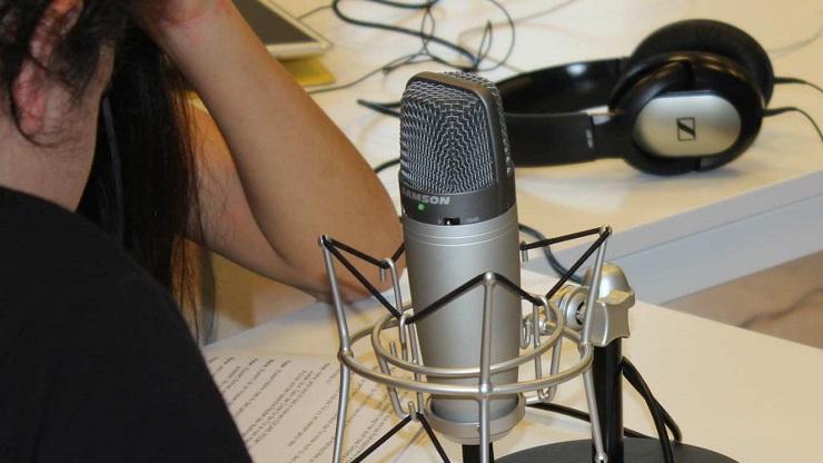 Mikrofon, Kopfhörer und Sprechertexte