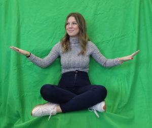Junge Frau posiert vor dem Greenscreen
