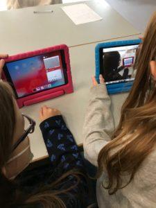 Zwei Mädchen vor iPads