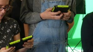 Tablets in den Händen von Jugendlichen