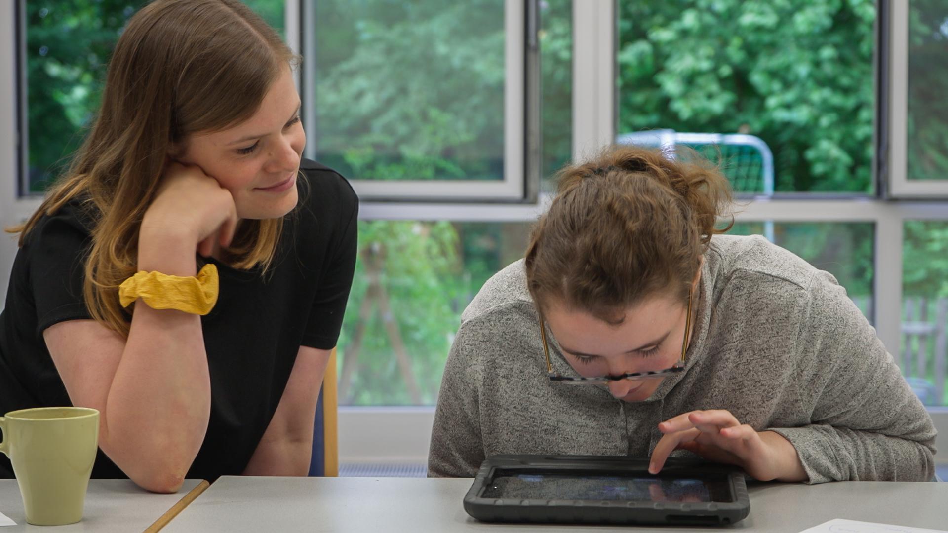 Jolina und Lidia am iPad