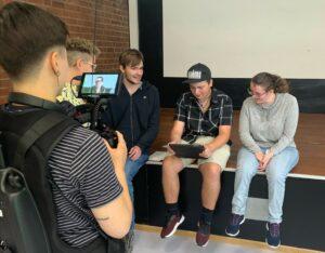 Dreharbeiten für unser neues Projekt: Jugendliche arbeiten mit einem Tablet und werden dabei gefilmt.