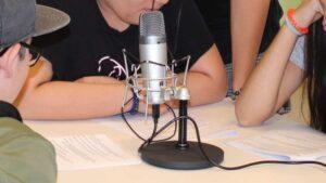 Mikrofon auf Tisch mit Jugendllichen