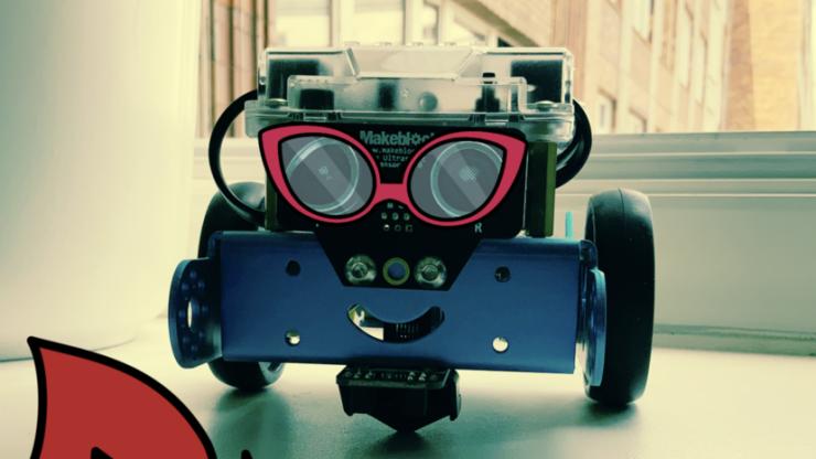 Lächelnd aussehendes Roboterauto, mit Sonnenbrillen-Filter verziert