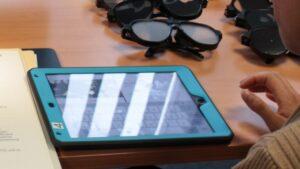 iPad auf dem Tisch neben Sehbehinderungsimulationsbrillen